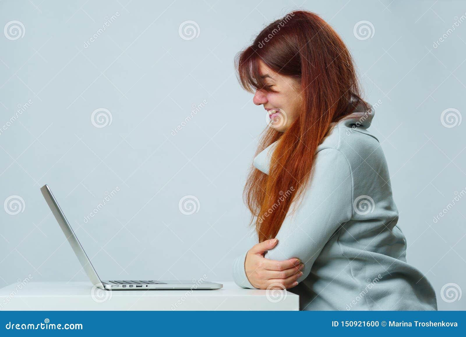 Женщина использует ноутбук для сообщения в болтовне или видео-чате Социальная концепция средств массовой информации