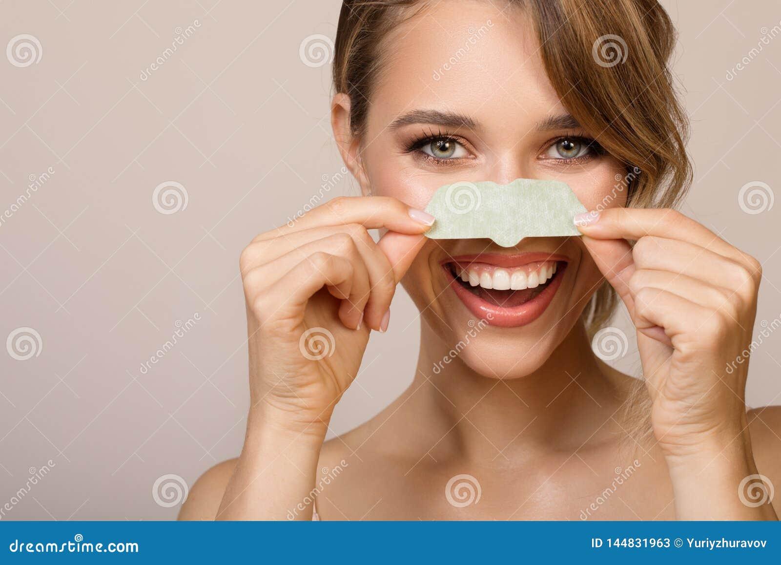 женщина используя маску аппликатора носа