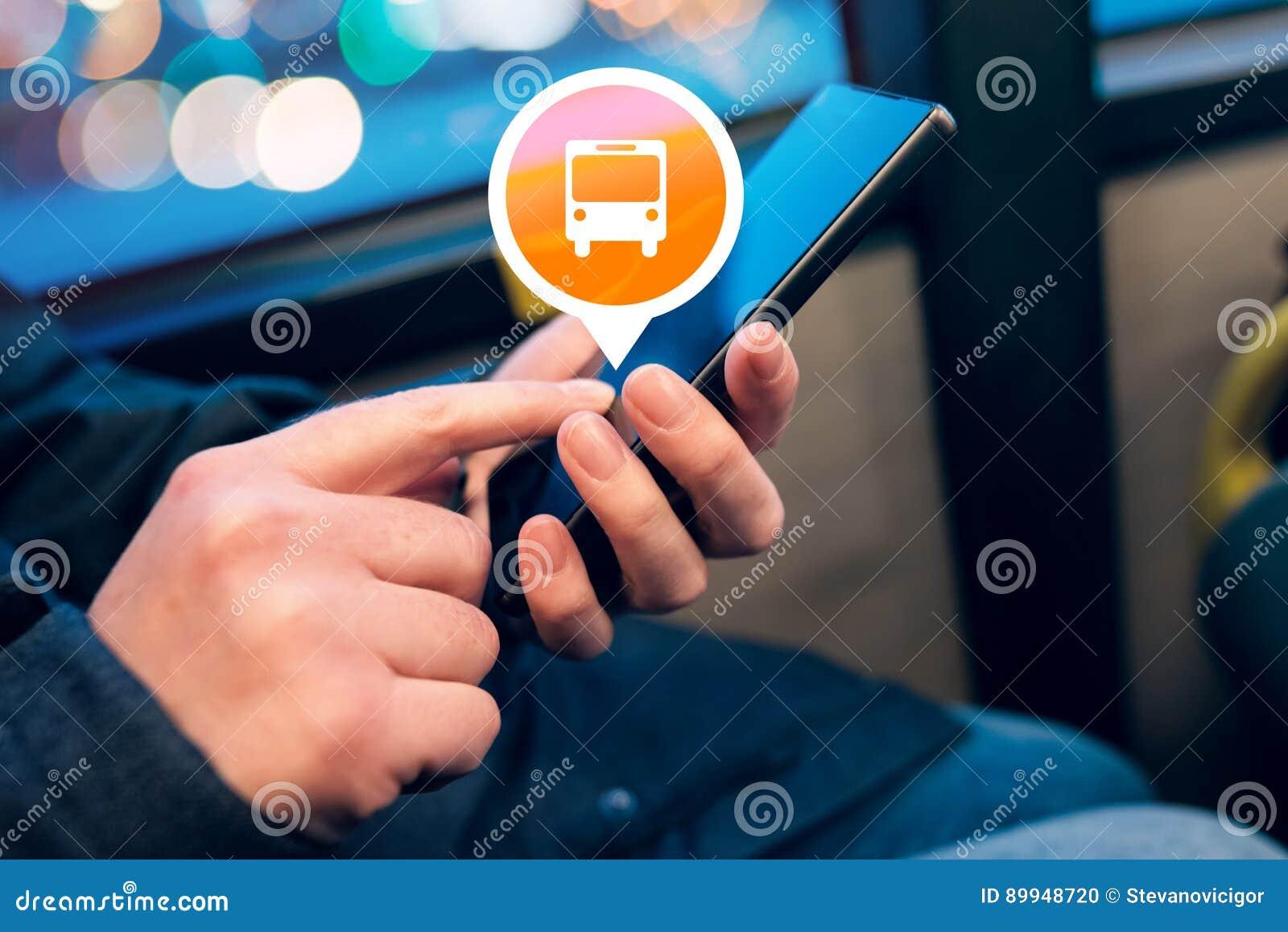 Женщина используя мобильный телефон app для того чтобы купить билет шины электронный