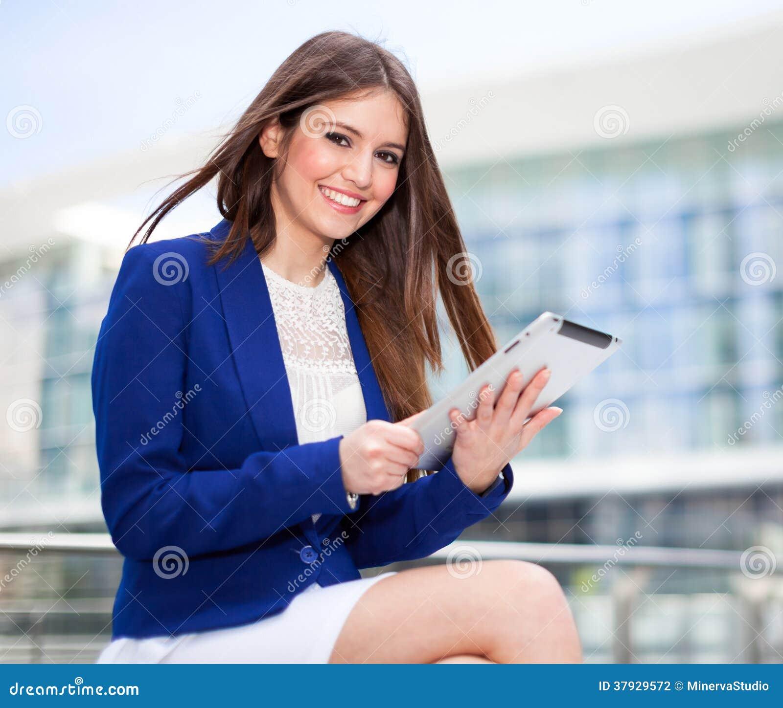 Женщина используя таблетку
