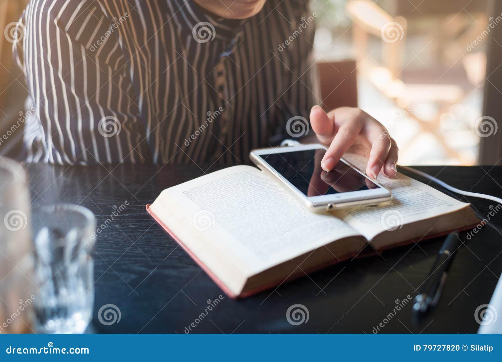 Женщина используя телефон в кафе