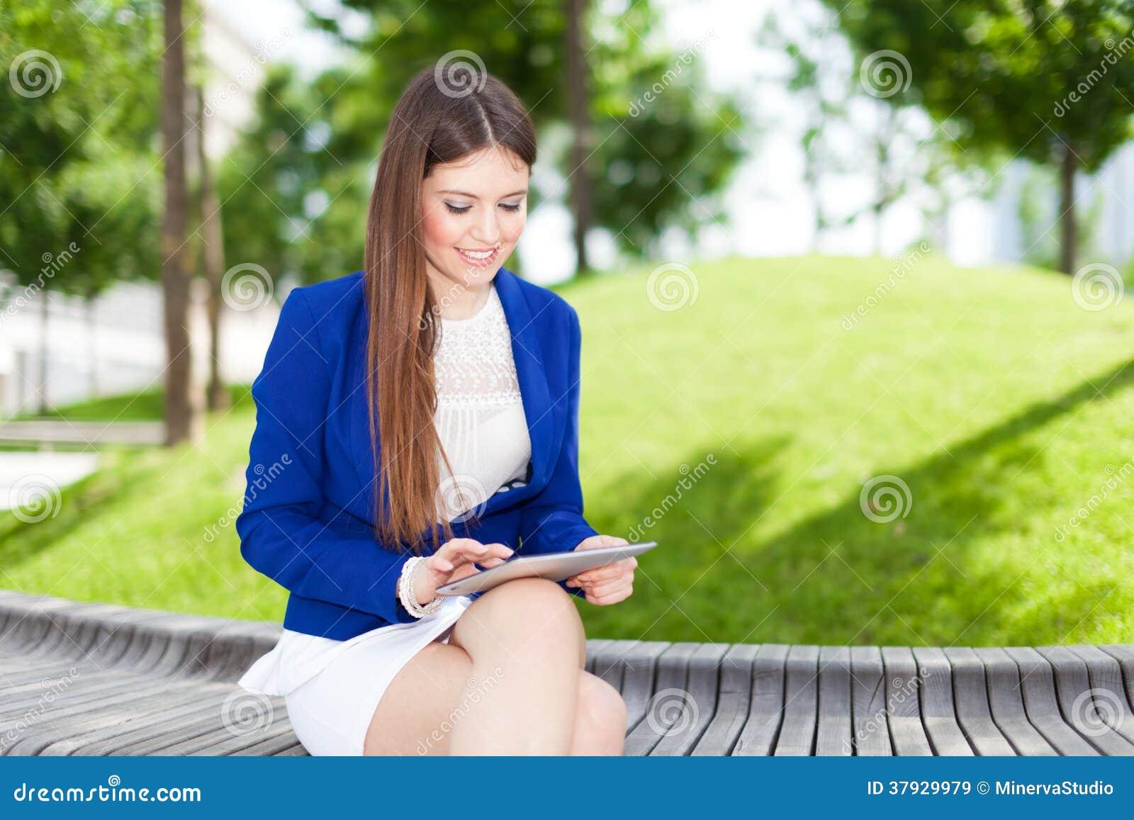 Женщина используя цифровую таблетку