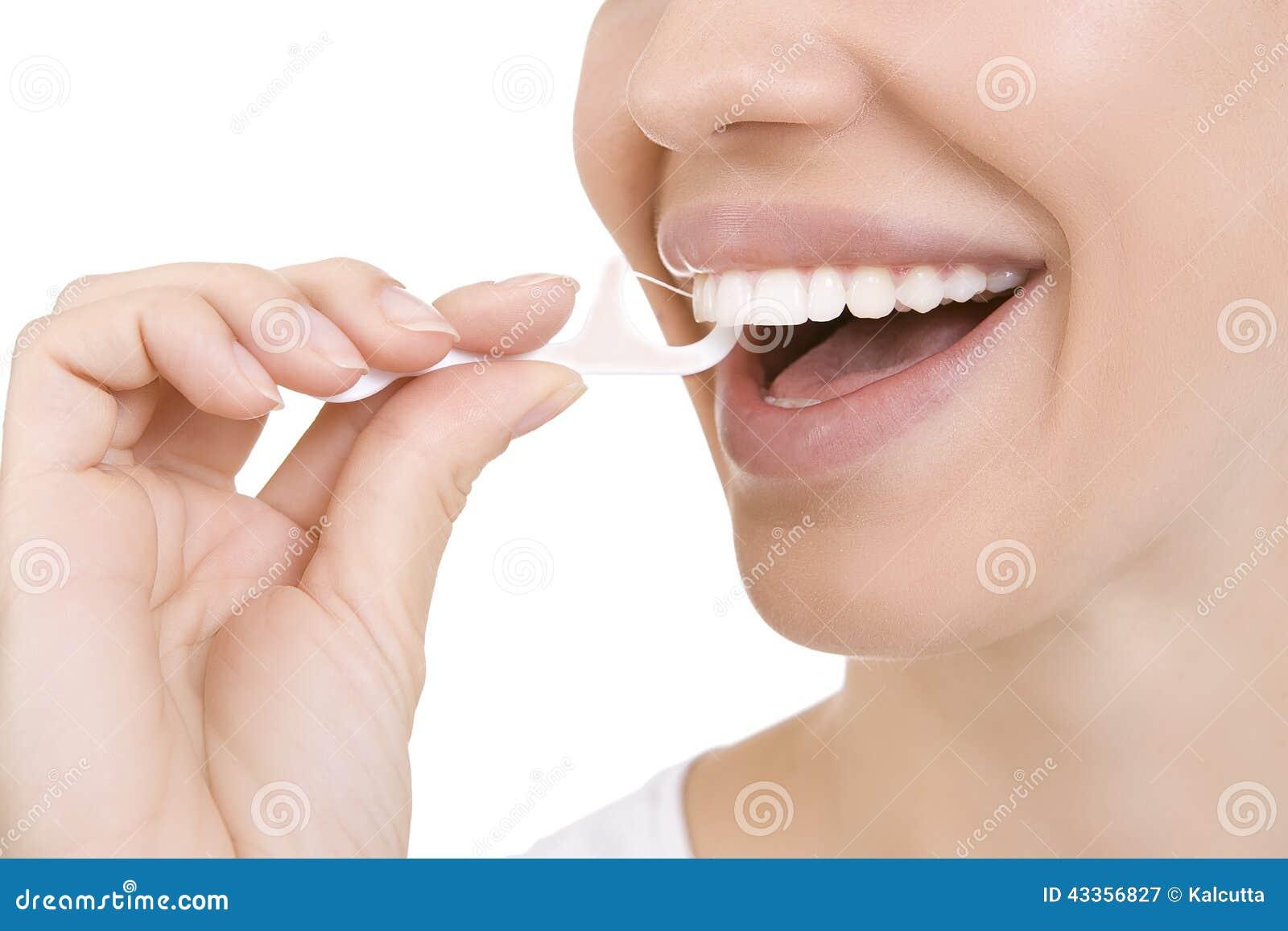 Женщина и зубочистка зубов (зубочистка)