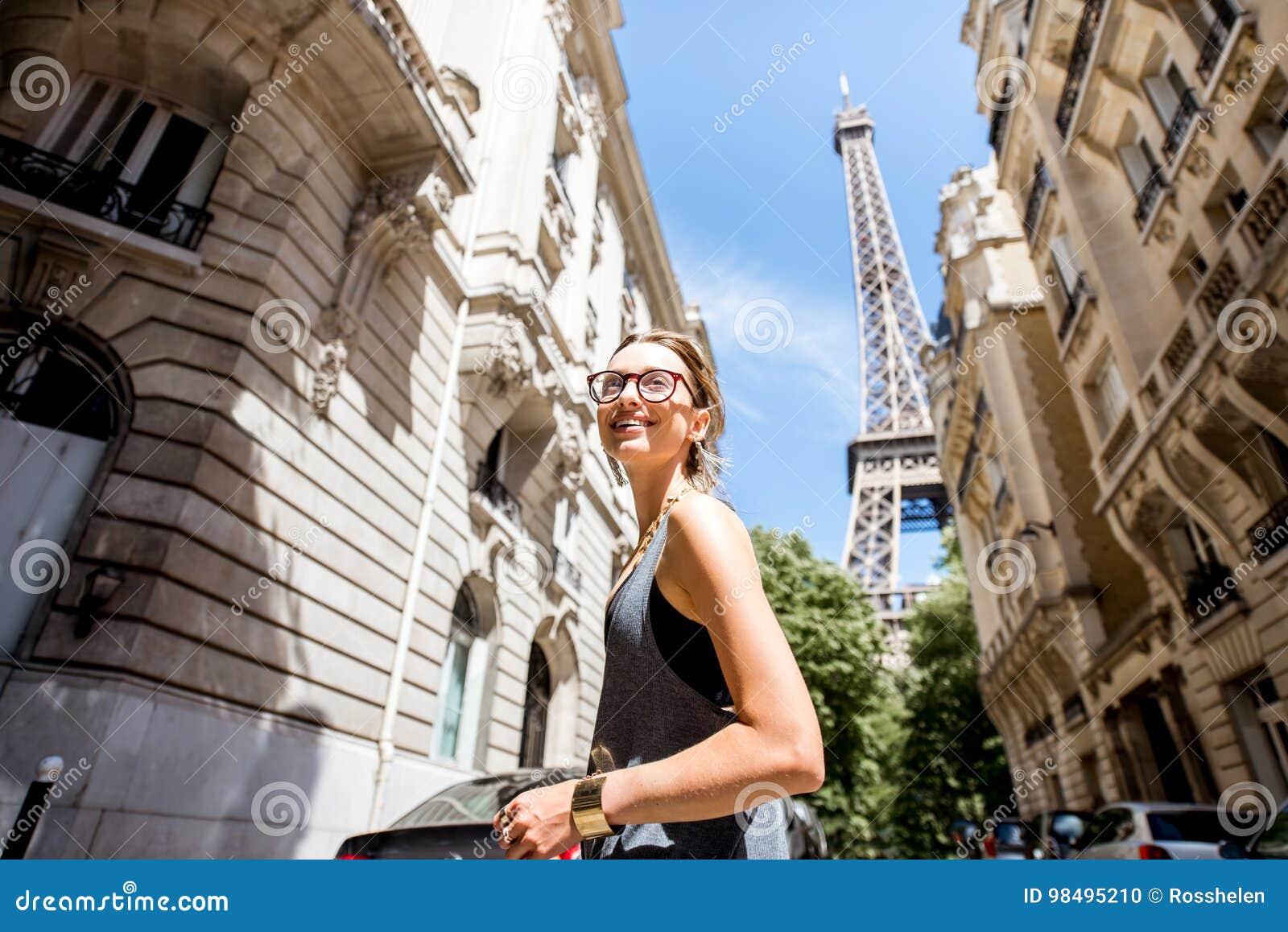 Женщина идя в Париж