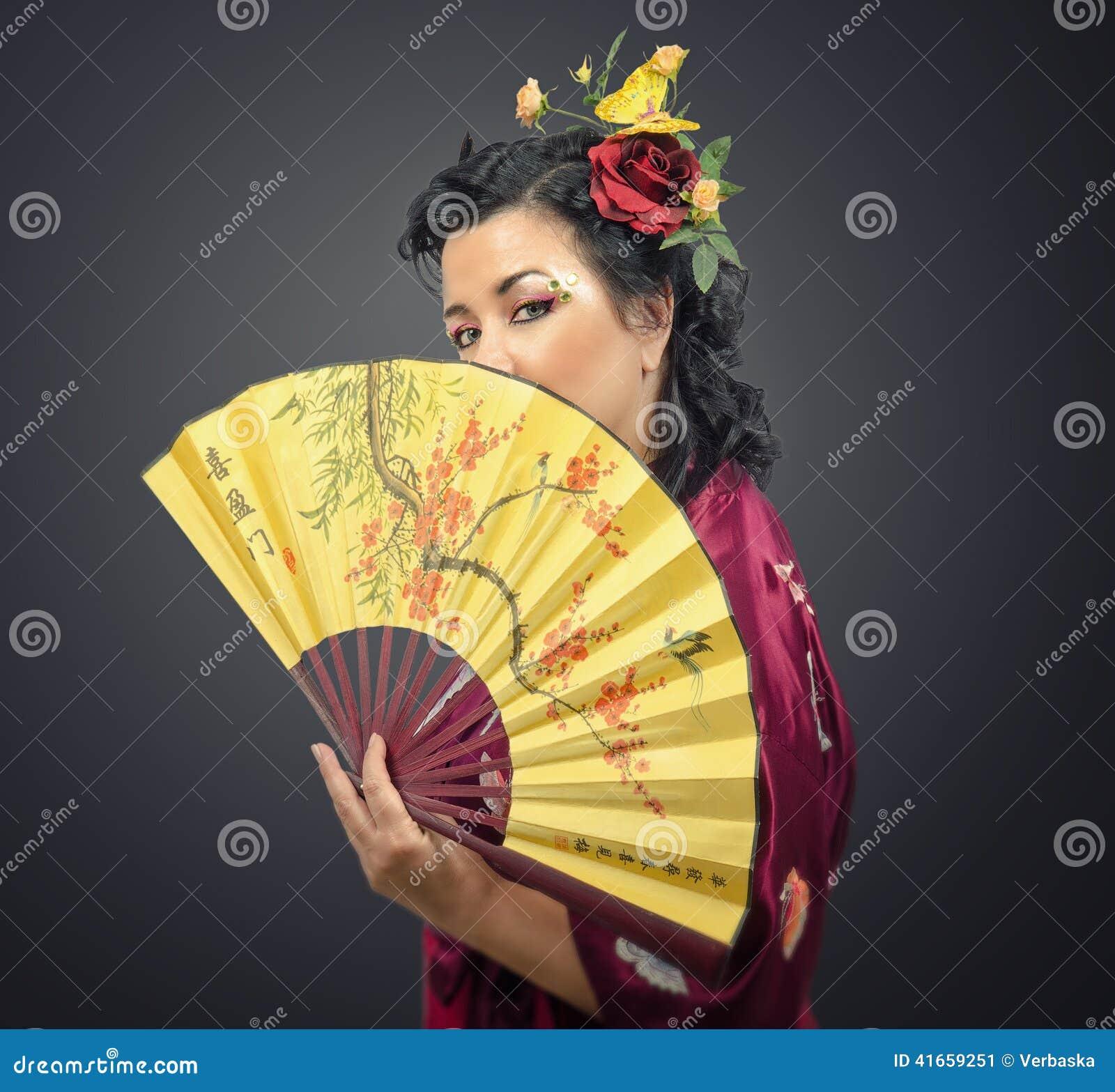 Женщина кимоно белая держа традиционный вентилятор