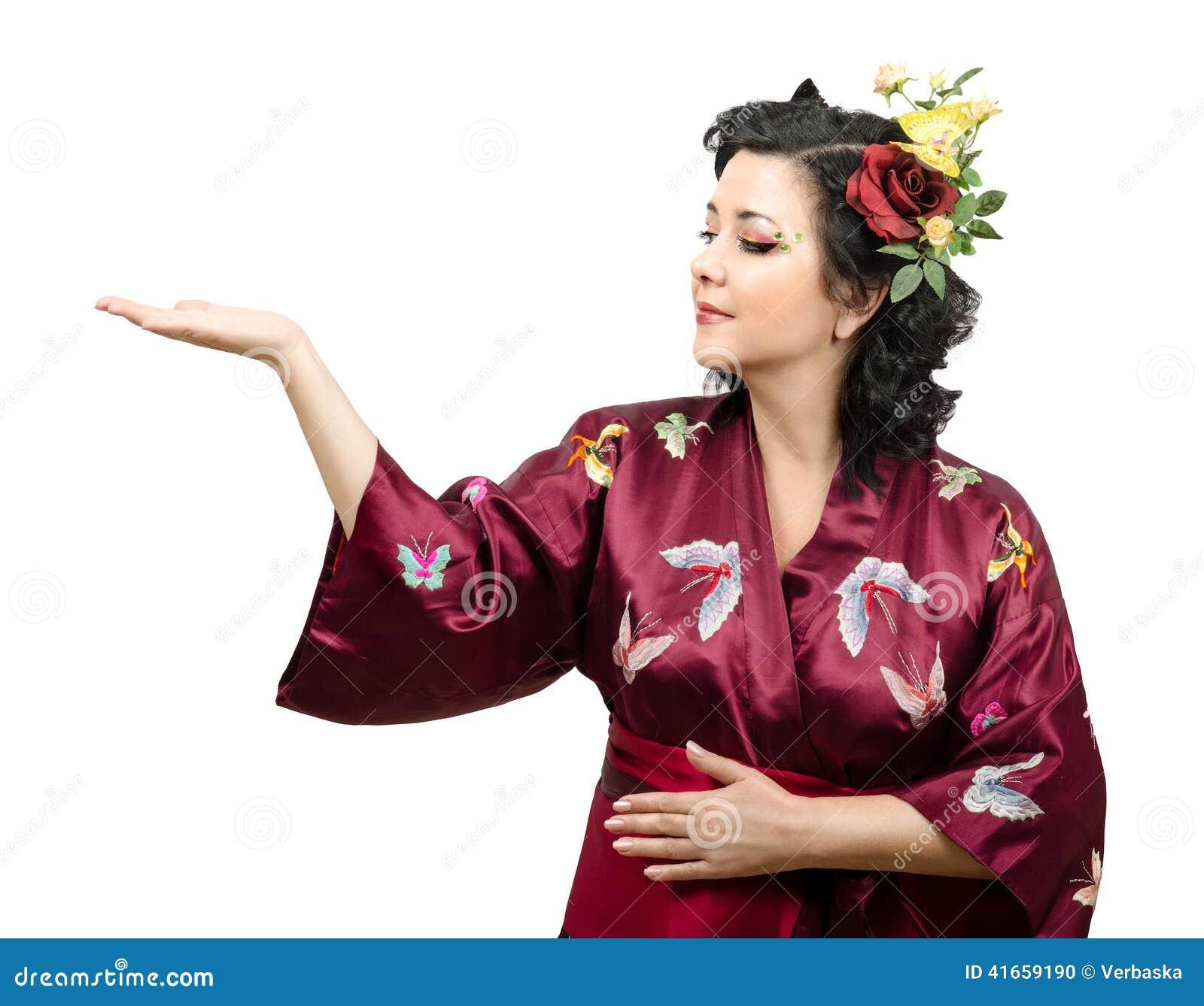 Женщина кимоно расширяя ее правую руку с космосом объявлений