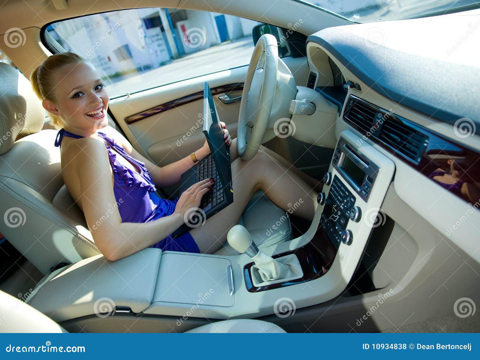 женщина компьтер-книжки автомобиля
