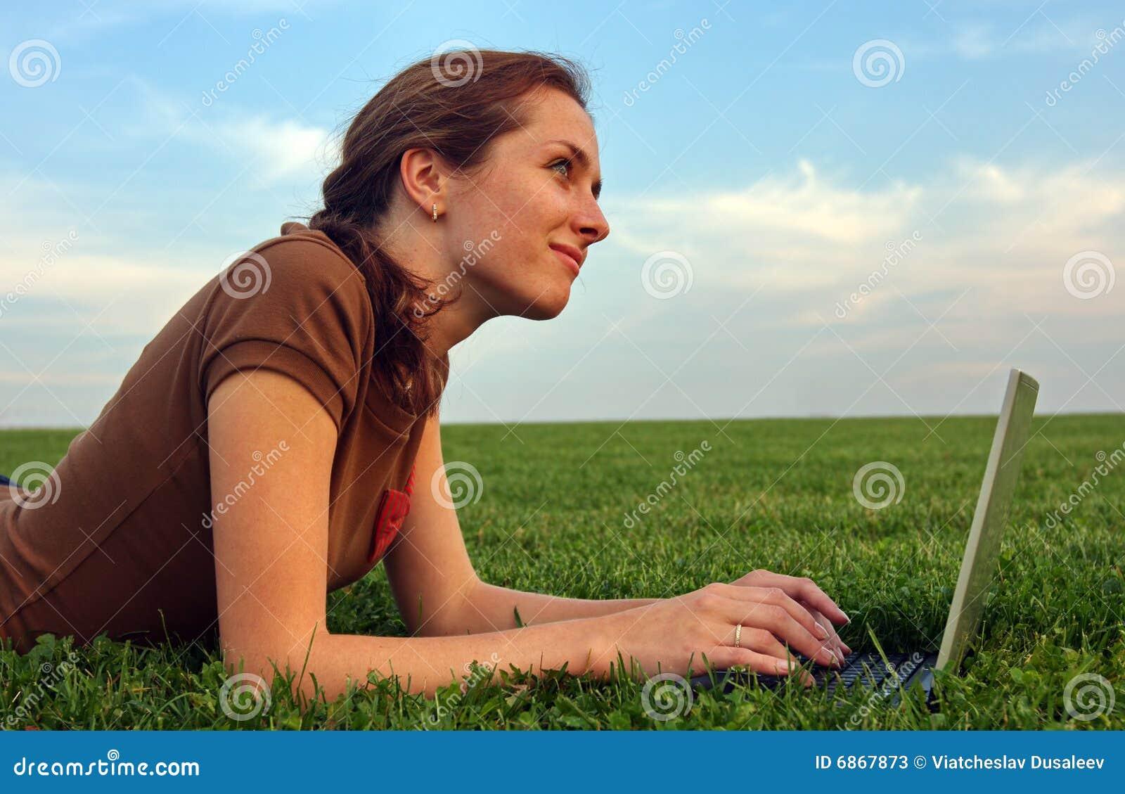 женщина компьтер-книжки зеленого цвета травы милая