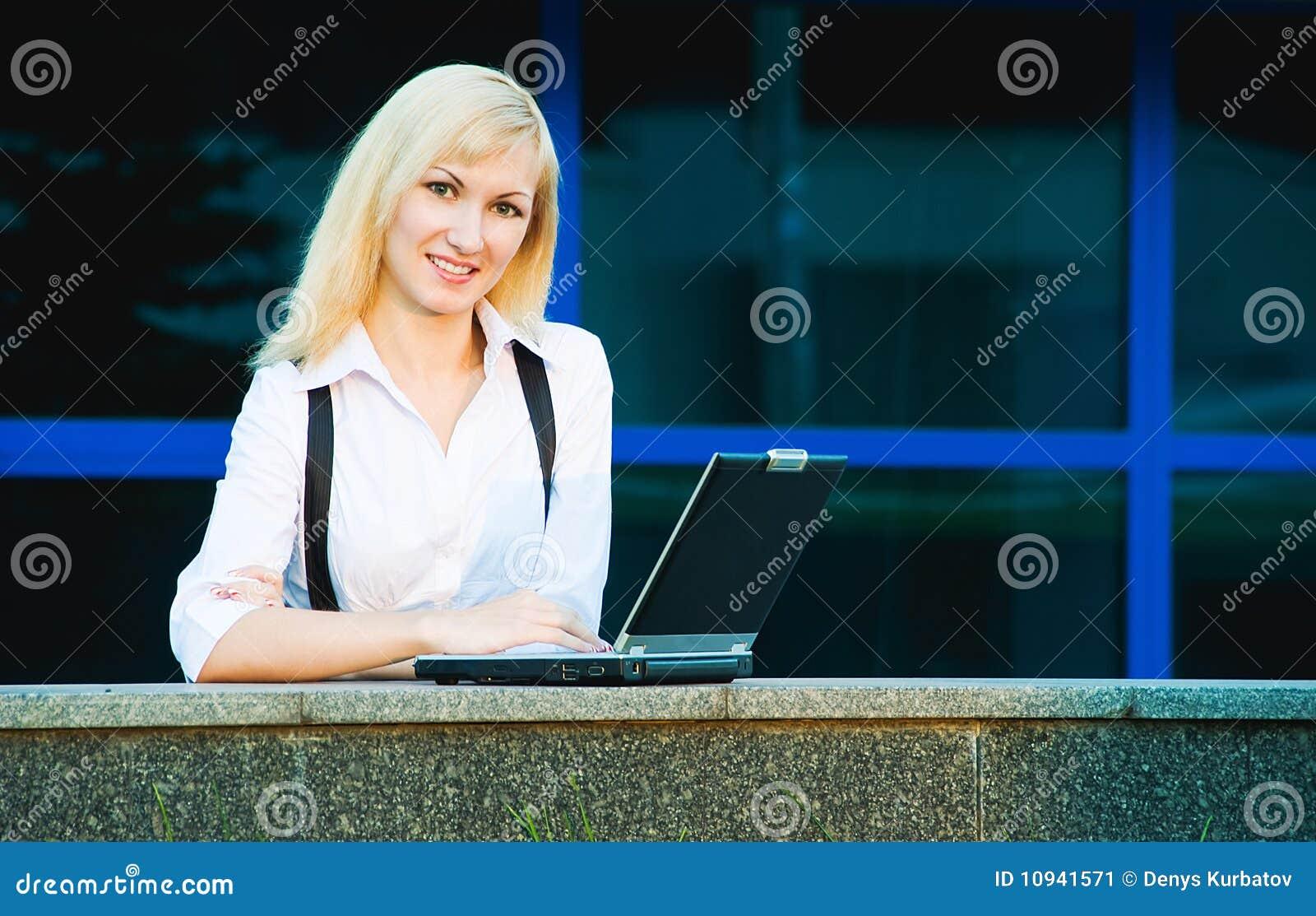 женщина компьтер-книжки
