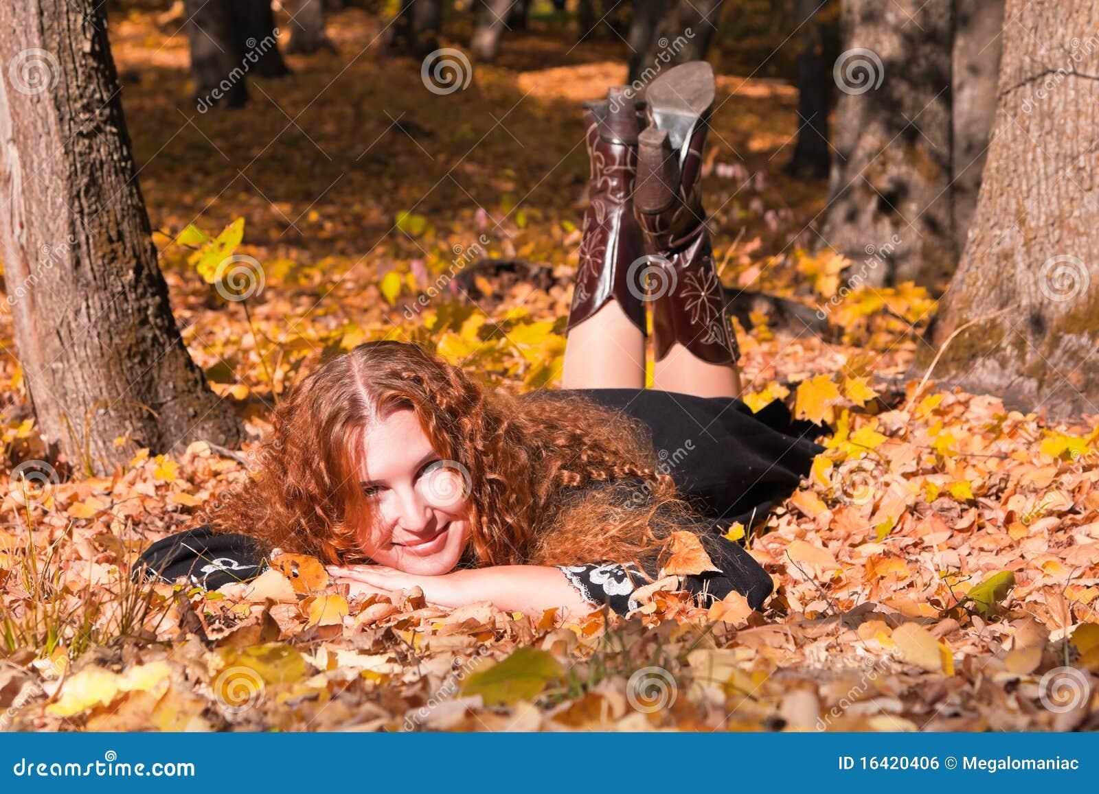 женщина красивейшего имбиря пущи падения с волосами