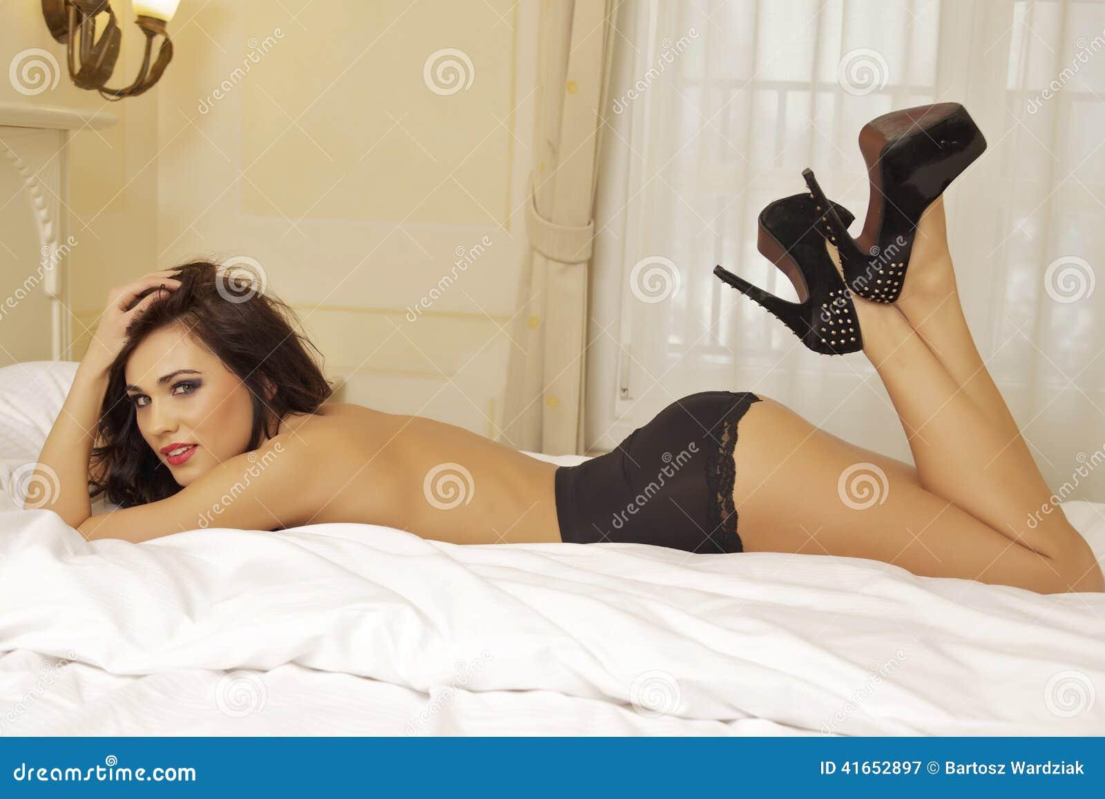 женщина красивейшего черного женское бельё сексуальная нося