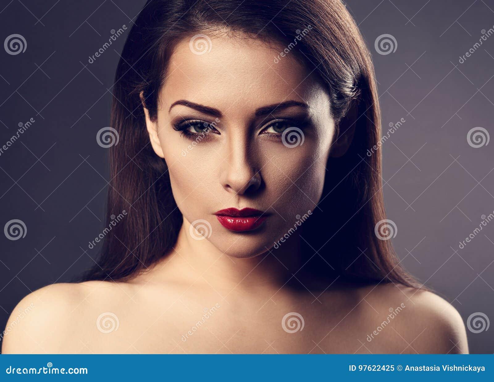 Сексуально возбужденная женщина, девушка начала сосать на глазах у людей
