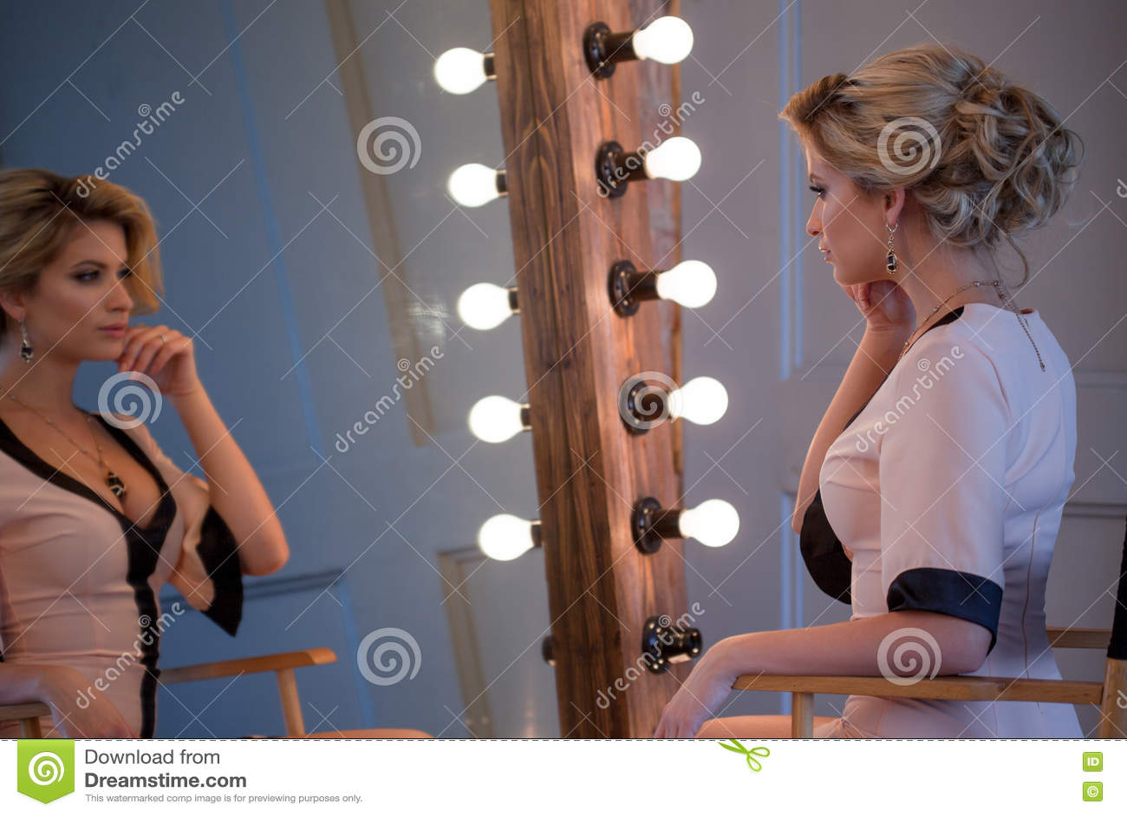 Девушка перед зеркалом в красивом платье