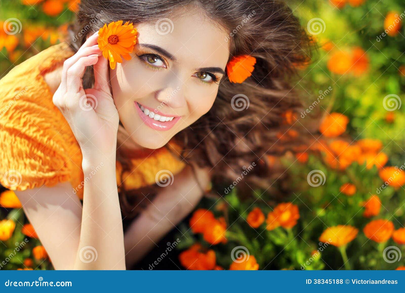 Женщина красоты счастливая романтичная Outdoors. Красивое emb девочка-подростка