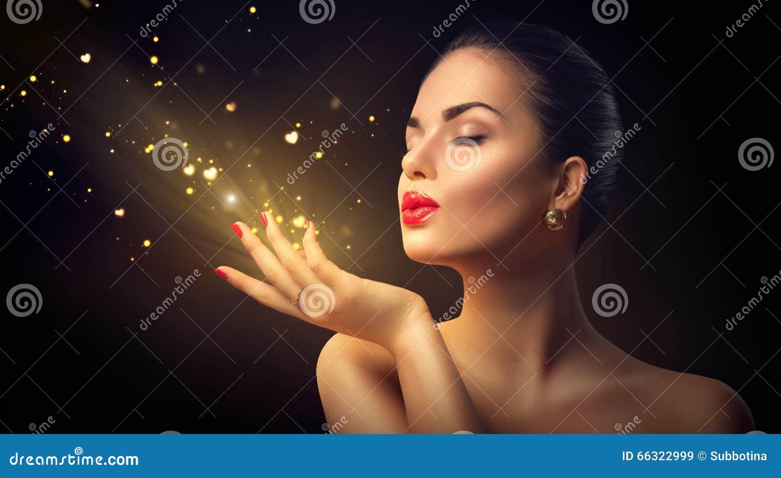 Женщина красоты дуя волшебная пыль с золотыми сердцами