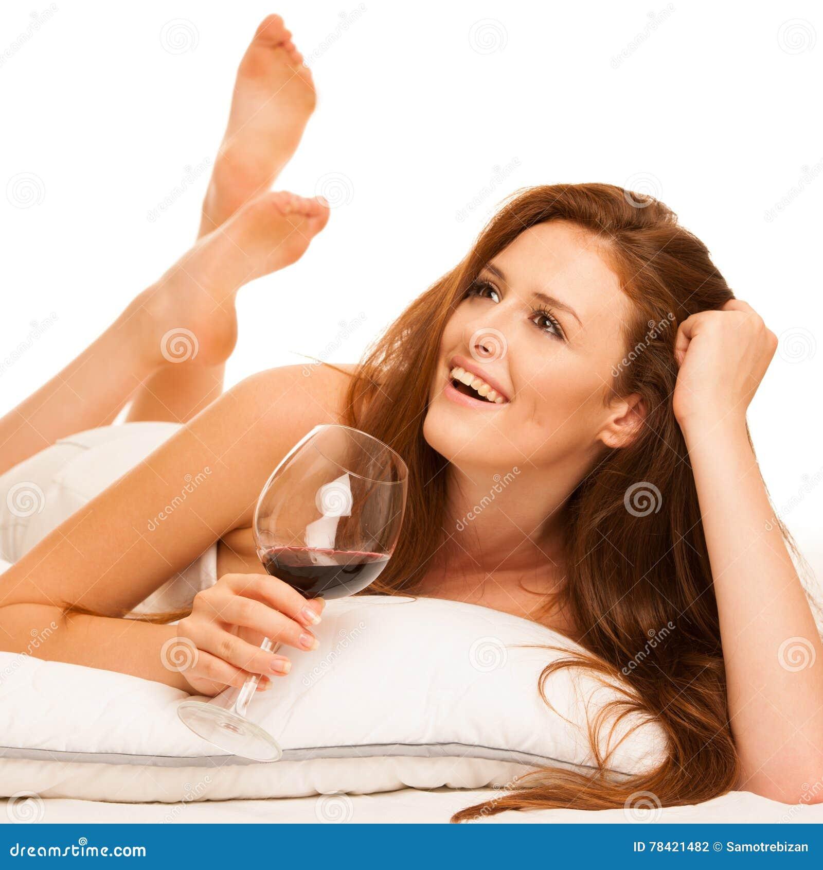 Девушка лежа с бокалом, девушка в обтягивающей футболке соблазнила сиськами