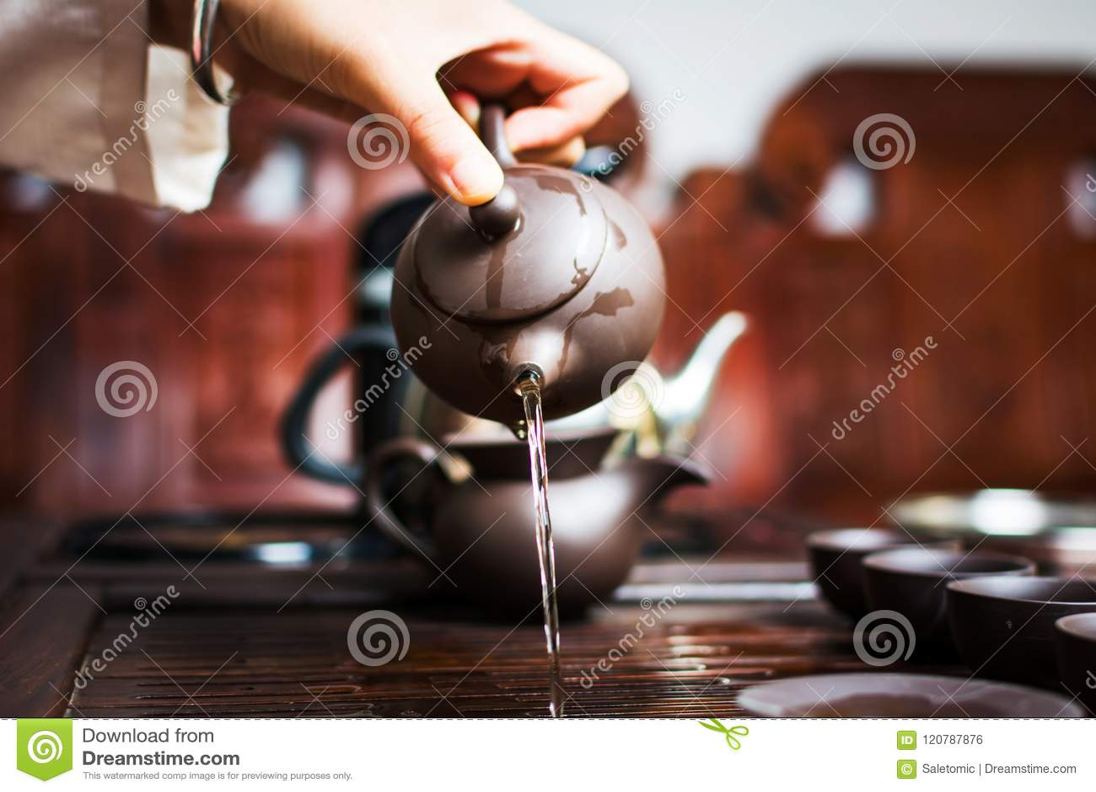 Женщина лить вне первый круг чая, китайскую церемонию чая