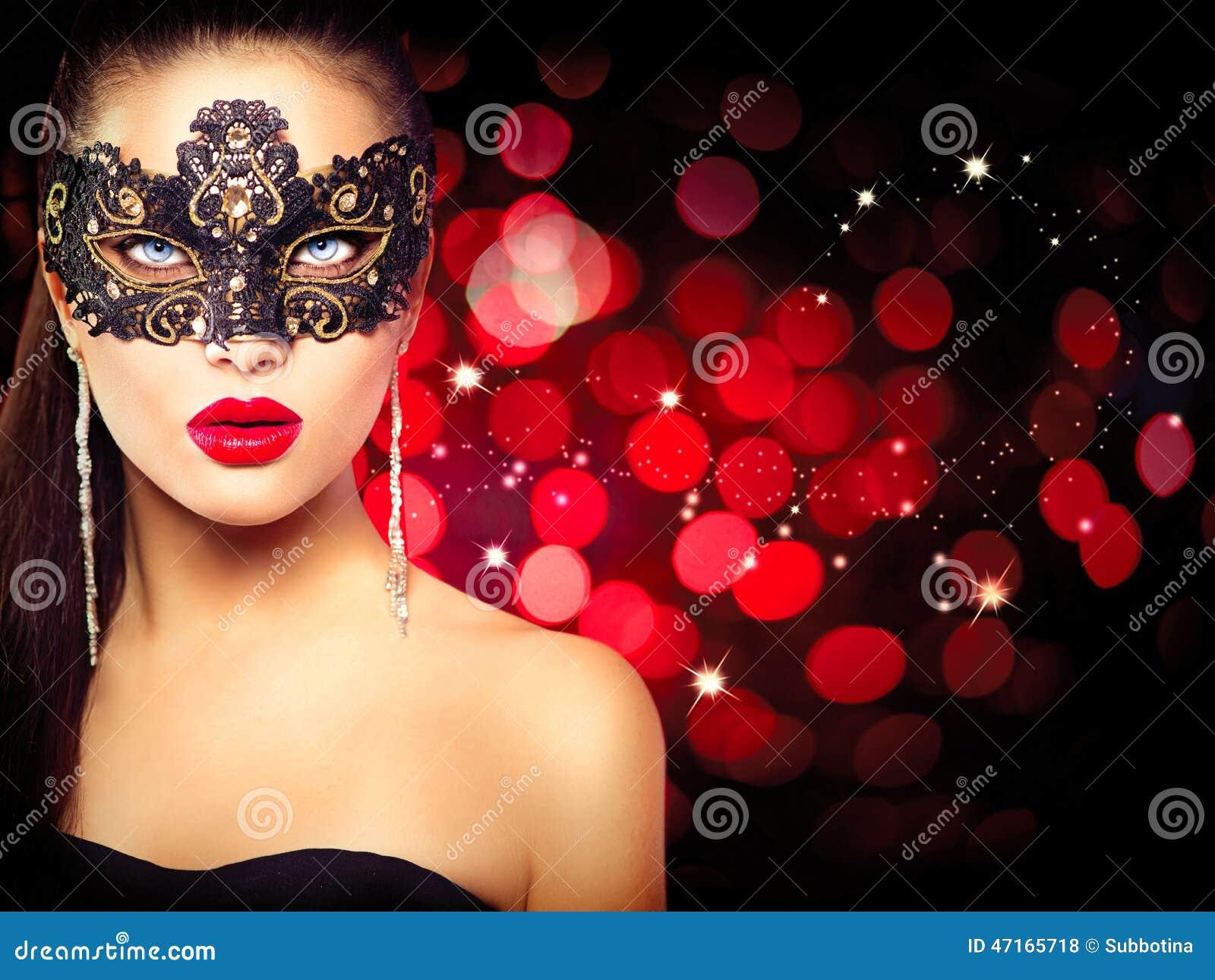 женщина маски масленицы нося