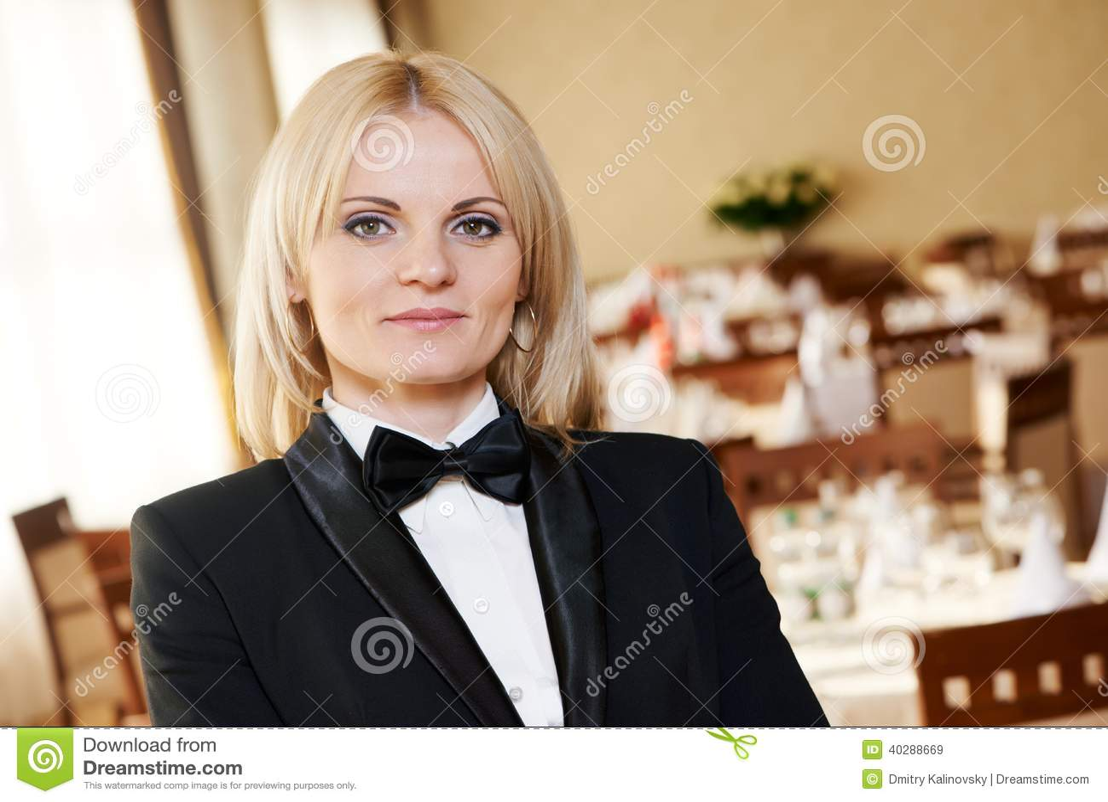 Женщина менеджера ресторана на месте работы