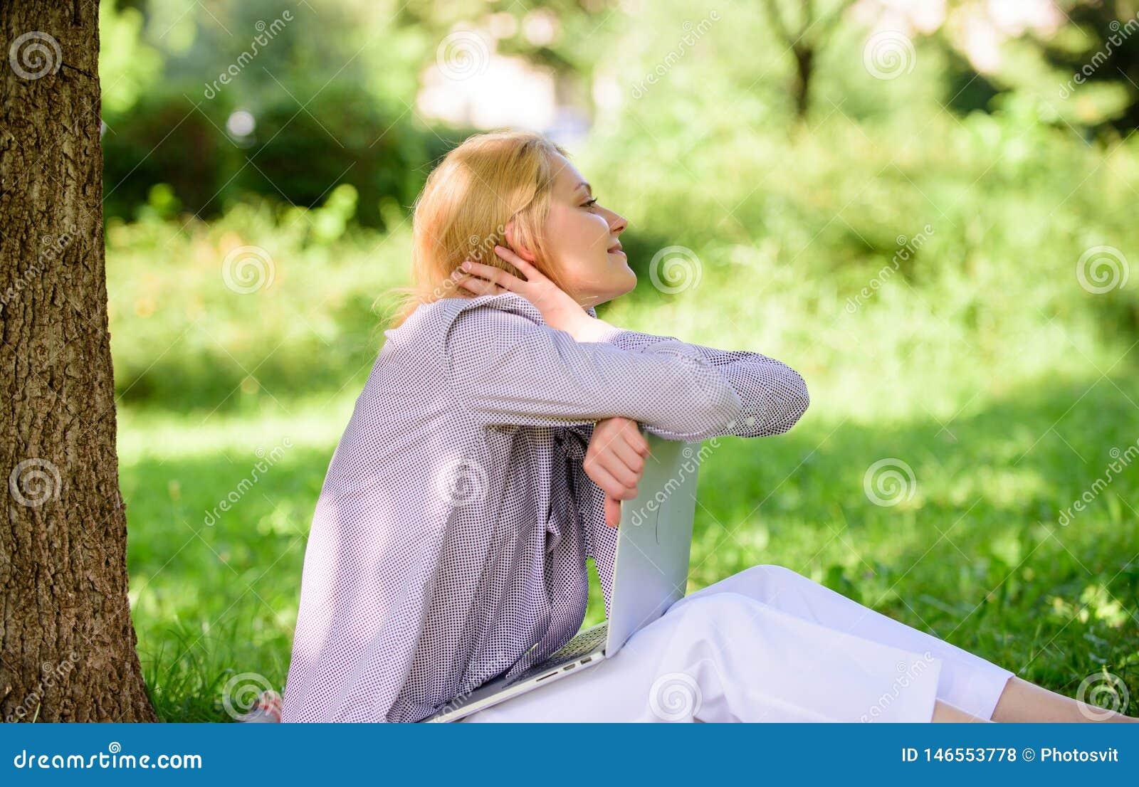 Женщина мечтательная с работой ноутбука outdoors Минута для мечты Мечта о новых работе или перестановке Ноутбук девушки мечтая вн