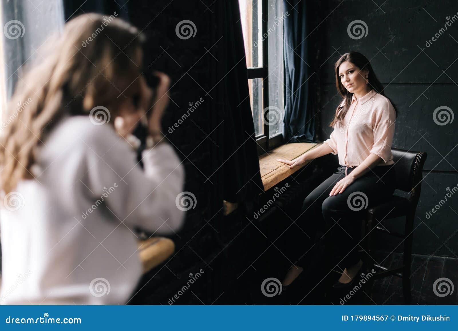 Девушка модель с камерой работа работа для девушки во франции
