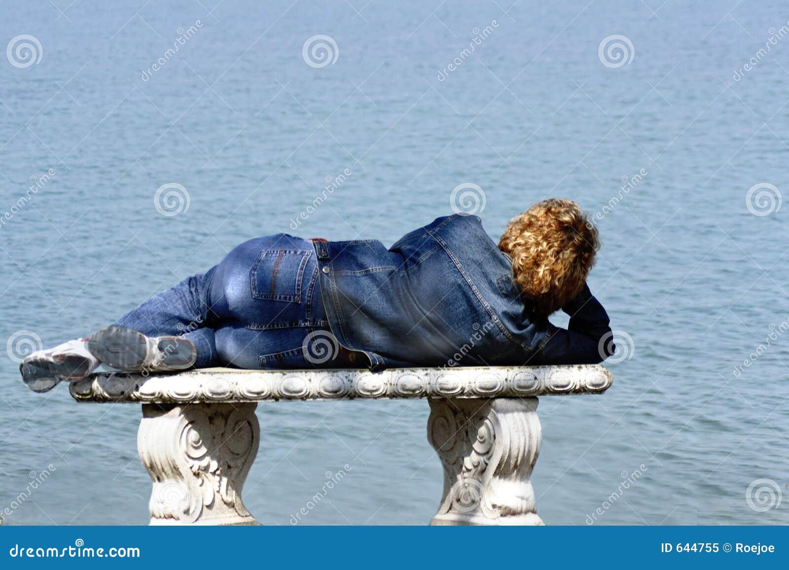 Download женщина моря стенда стоковое изображение. изображение насчитывающей одиночно - 644755