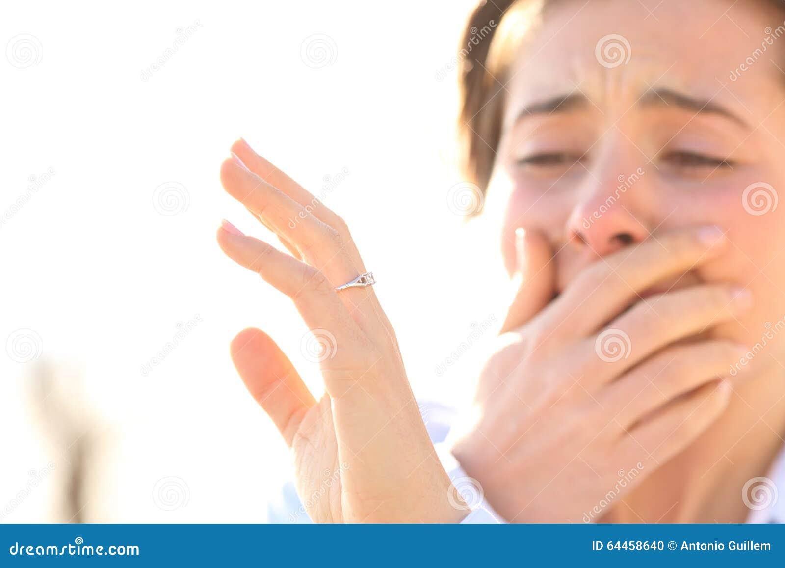 Женщина наблюдая обручальное кольцо после предложения