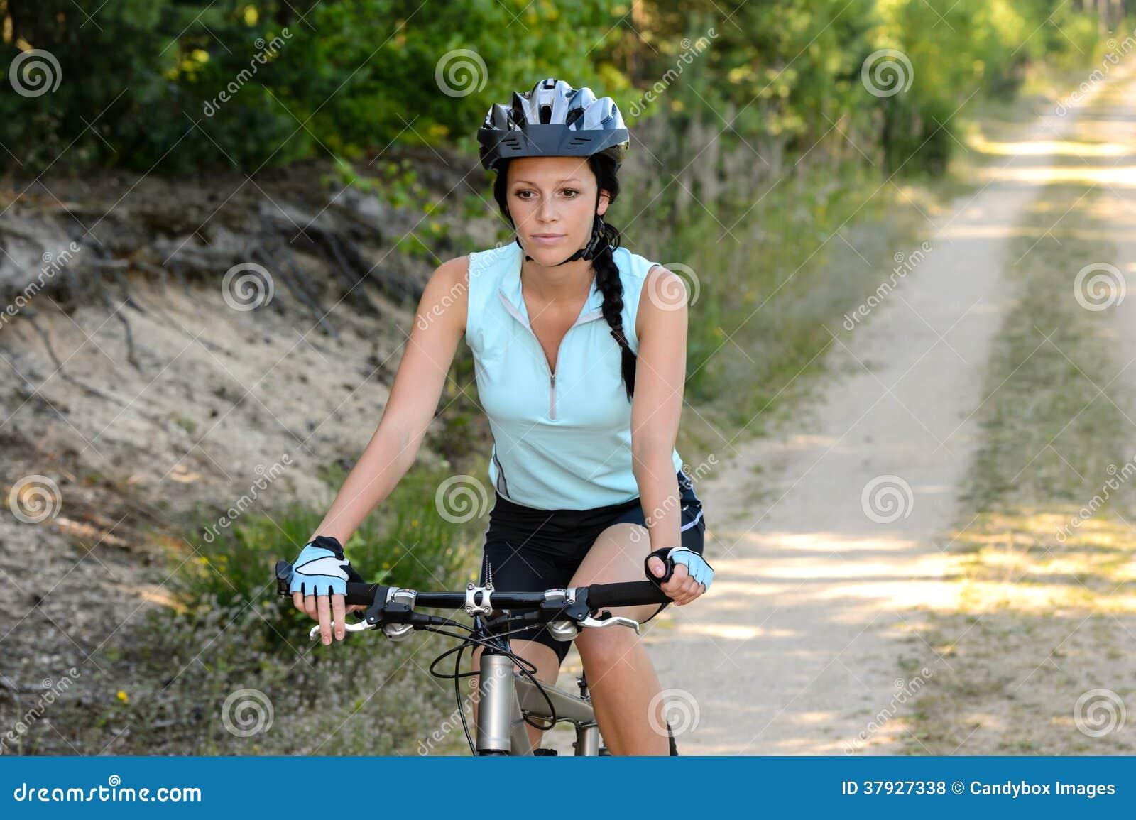 Женщина наслаждается рекреационным велосипедом горы