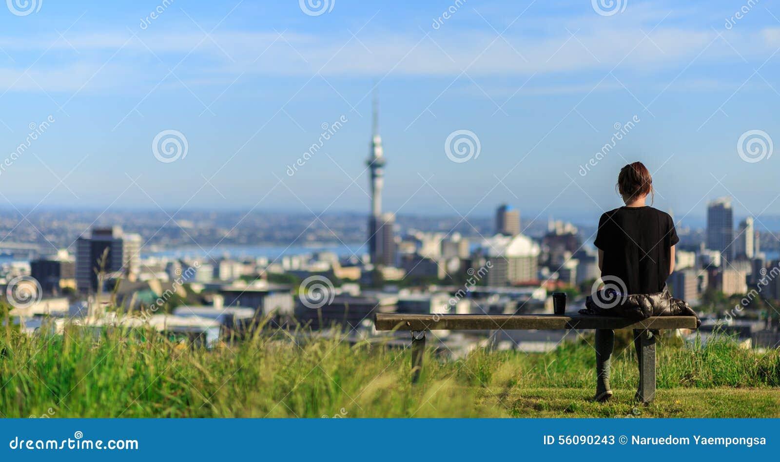 Женщина наслаждается эффектными взглядами утра города Окленда