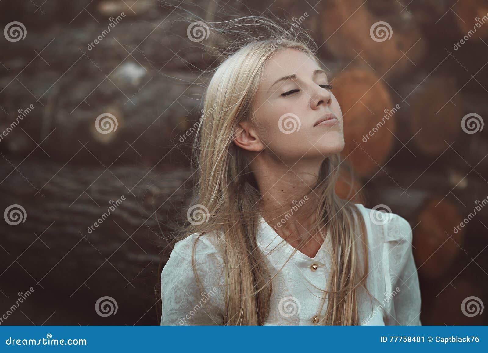Женщина наслаждаясь ветром осени