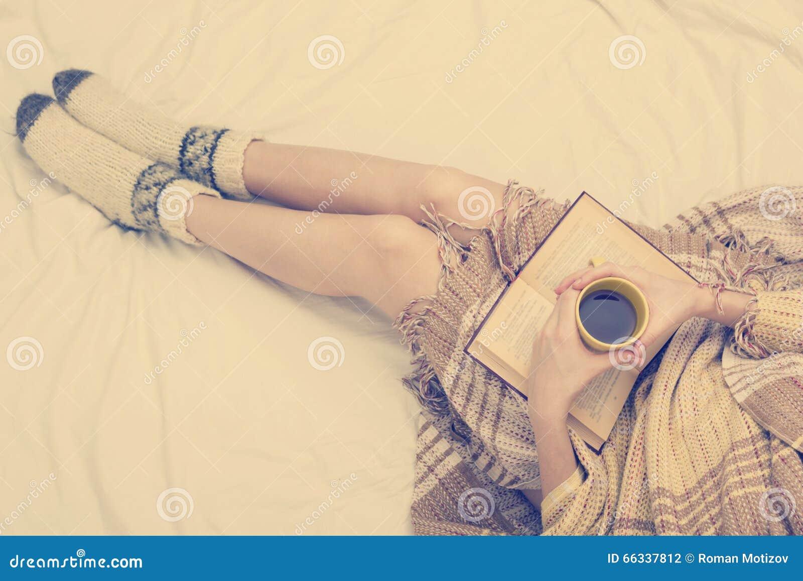 Старая дама на кровати