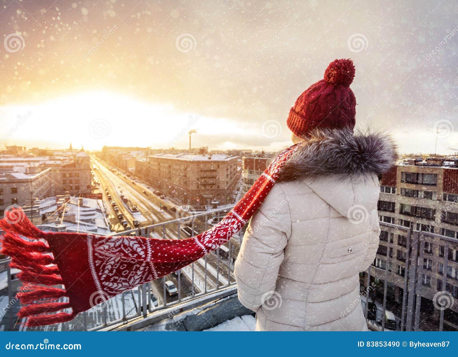 Женщина на крыше в зиме Петербурге