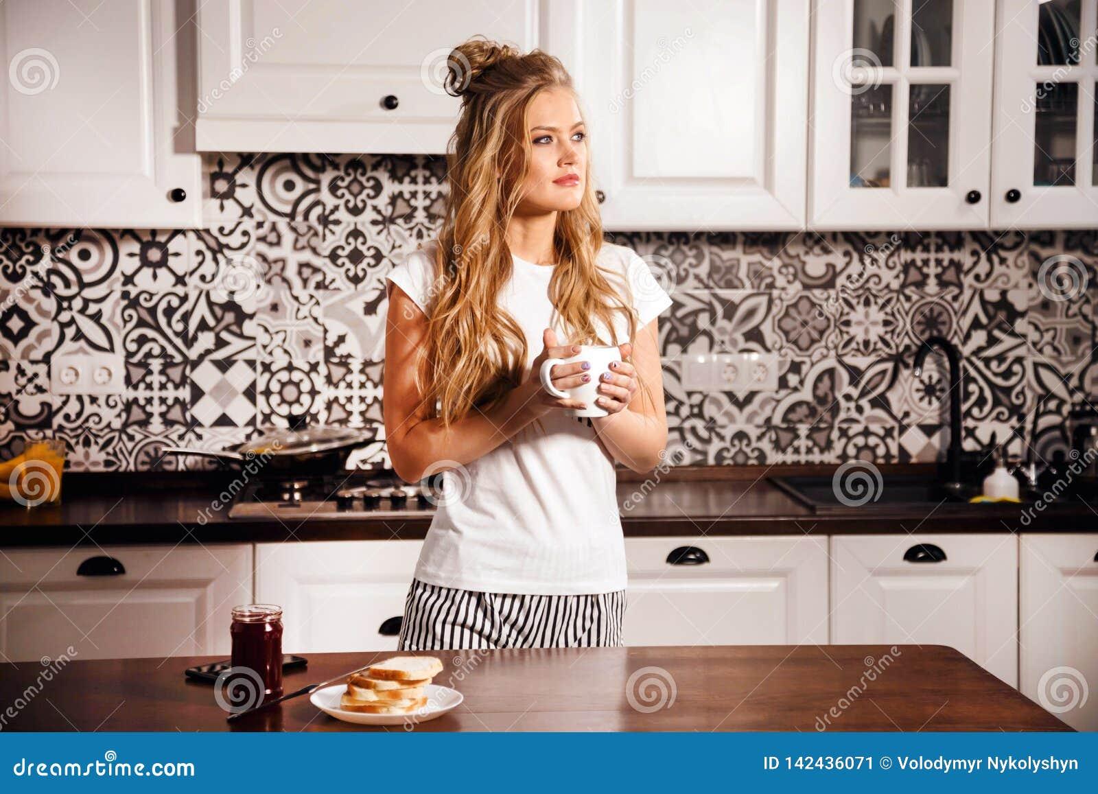 Женщина на кухне на утре