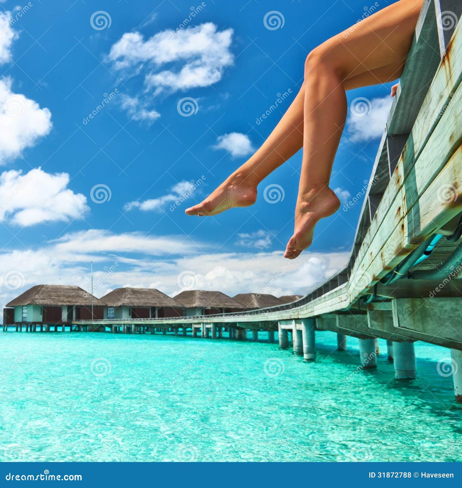 Женщина на моле пляжа