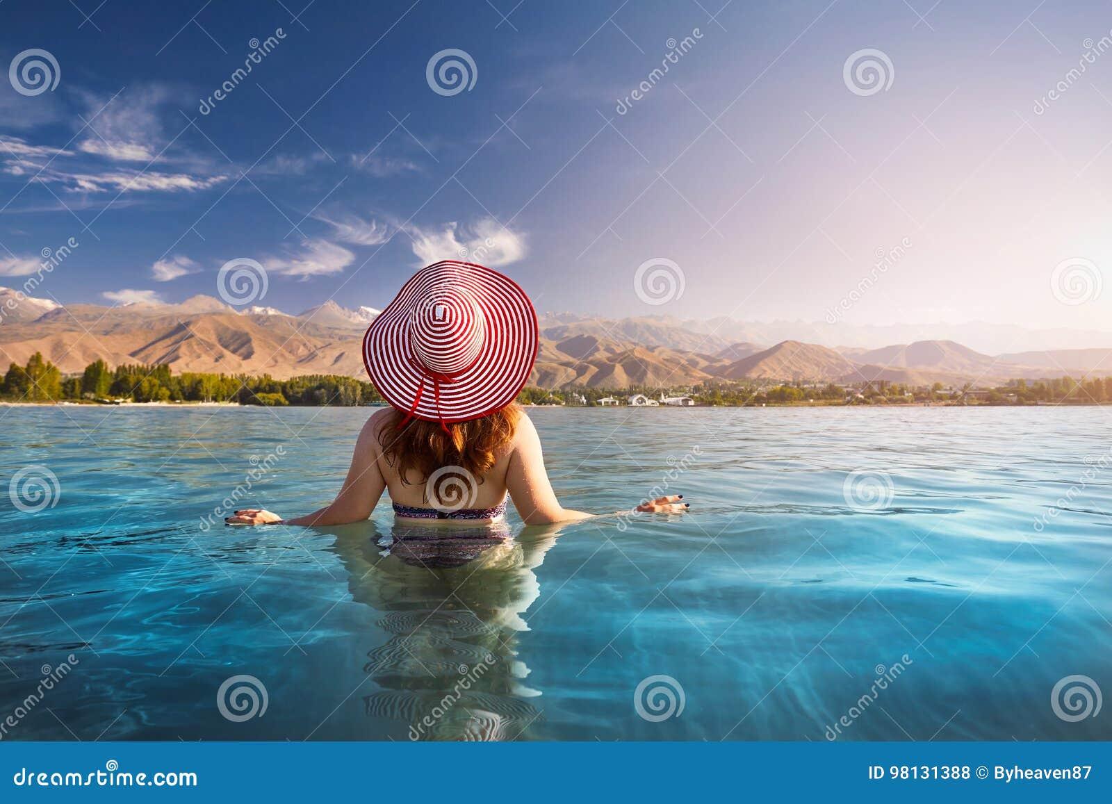 Женщина на озере Issyk Kul