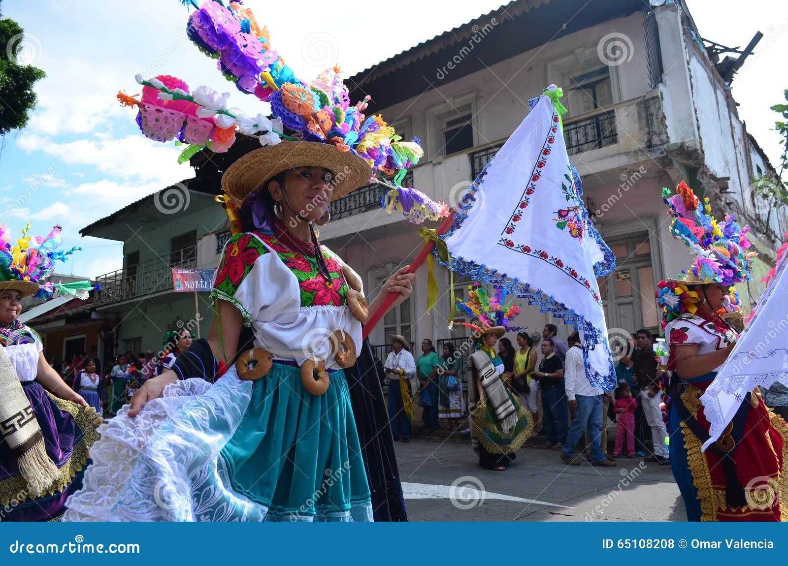 Женщина на параде мастера в Uruapan