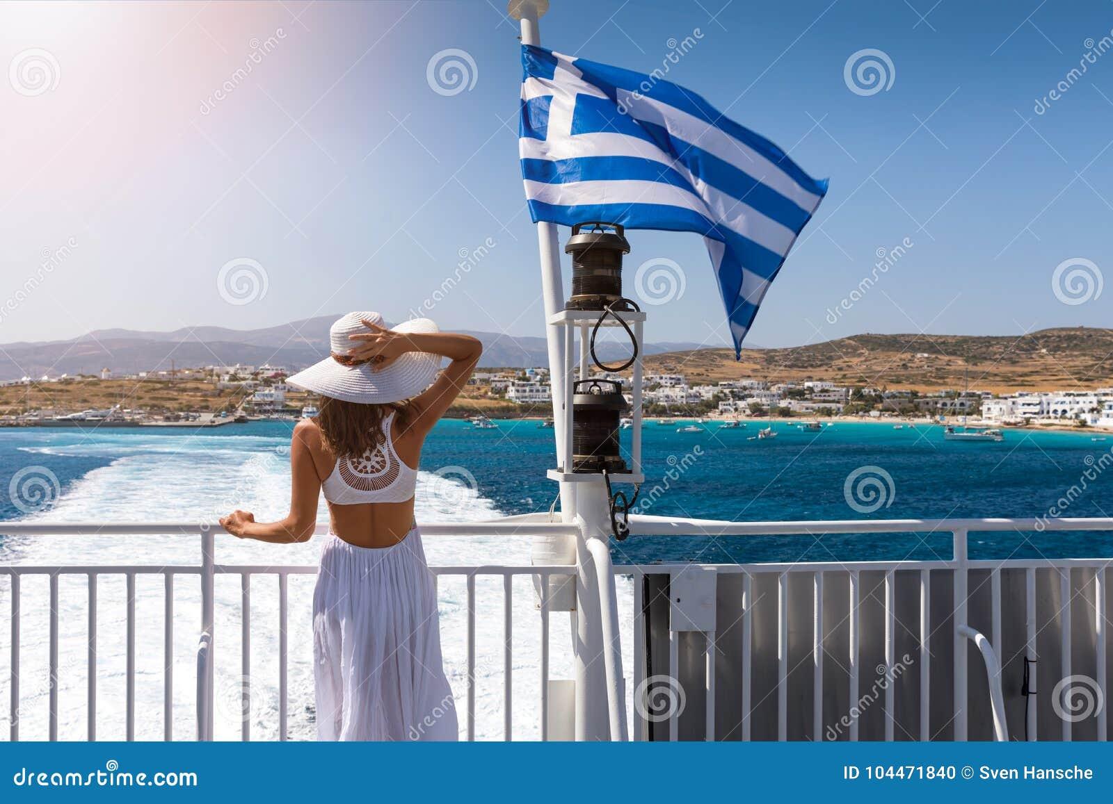 Женщина на пароме в Эгейском море, Греции