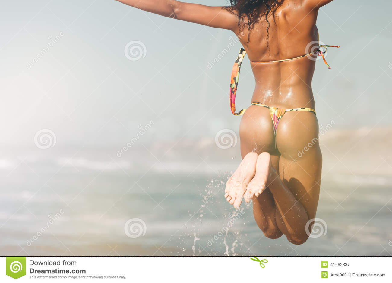 Женщина на пляже в летних каникулах