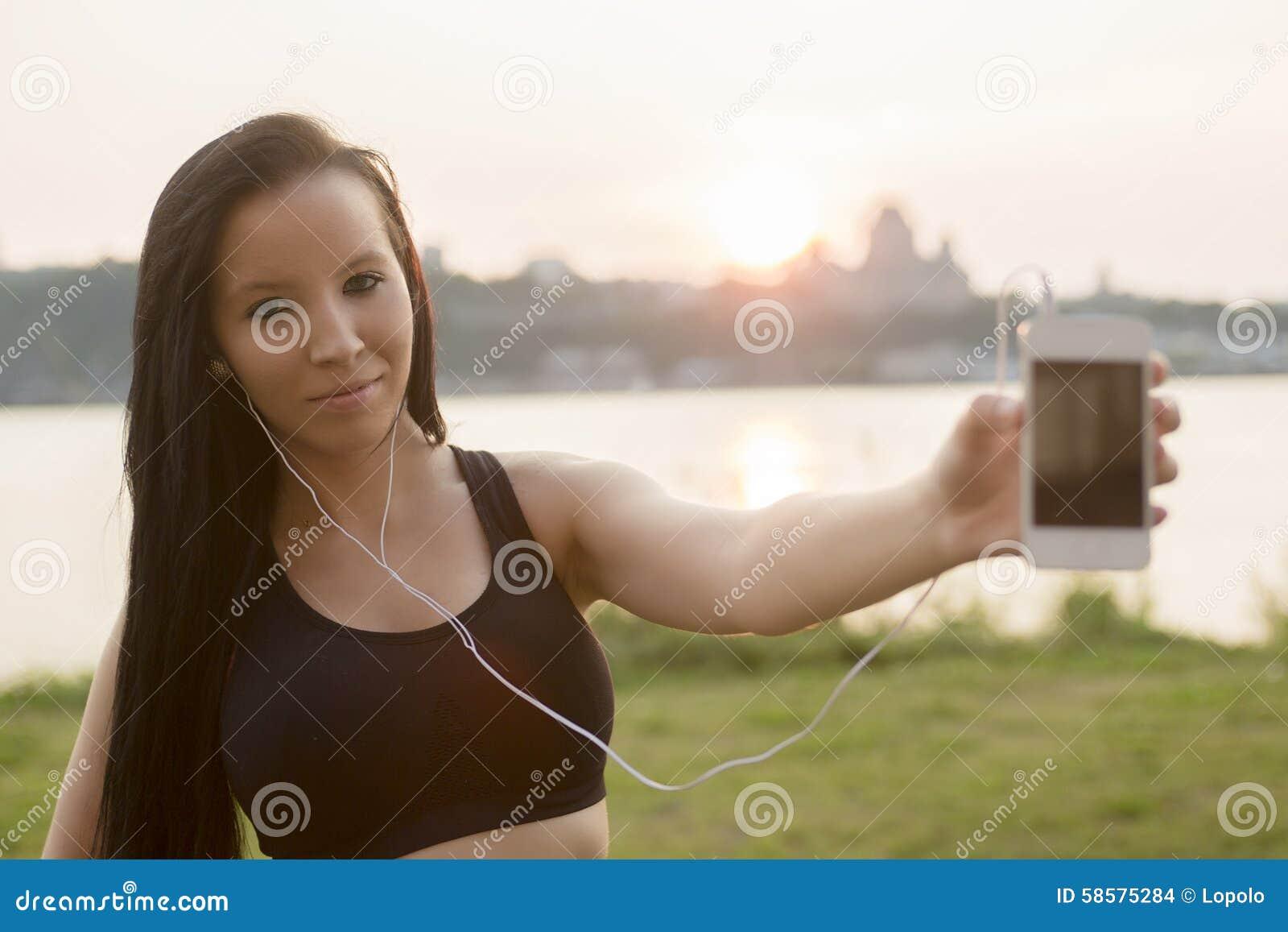 Женщина на пляже на заходе солнца