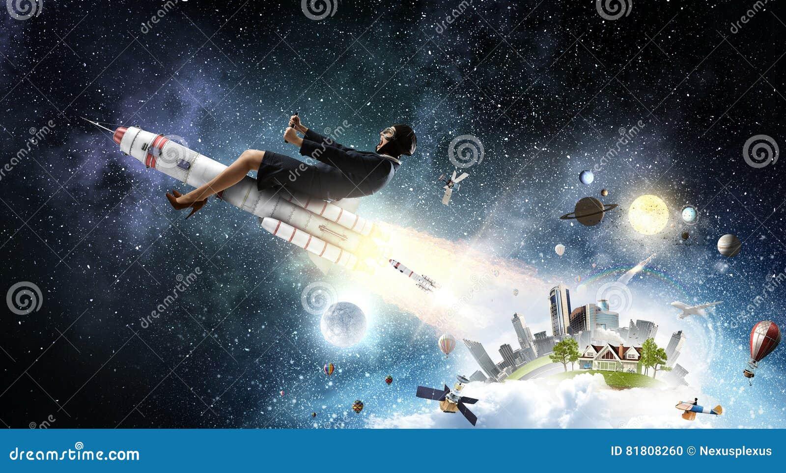 Женщина на ракете космоса Мультимедиа