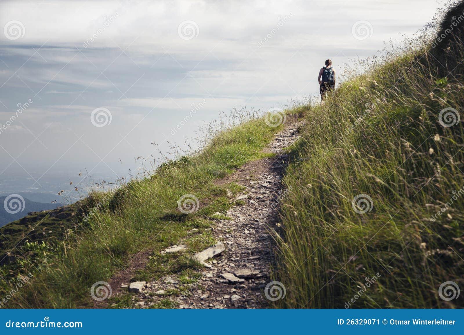 Женщина на hiking путь