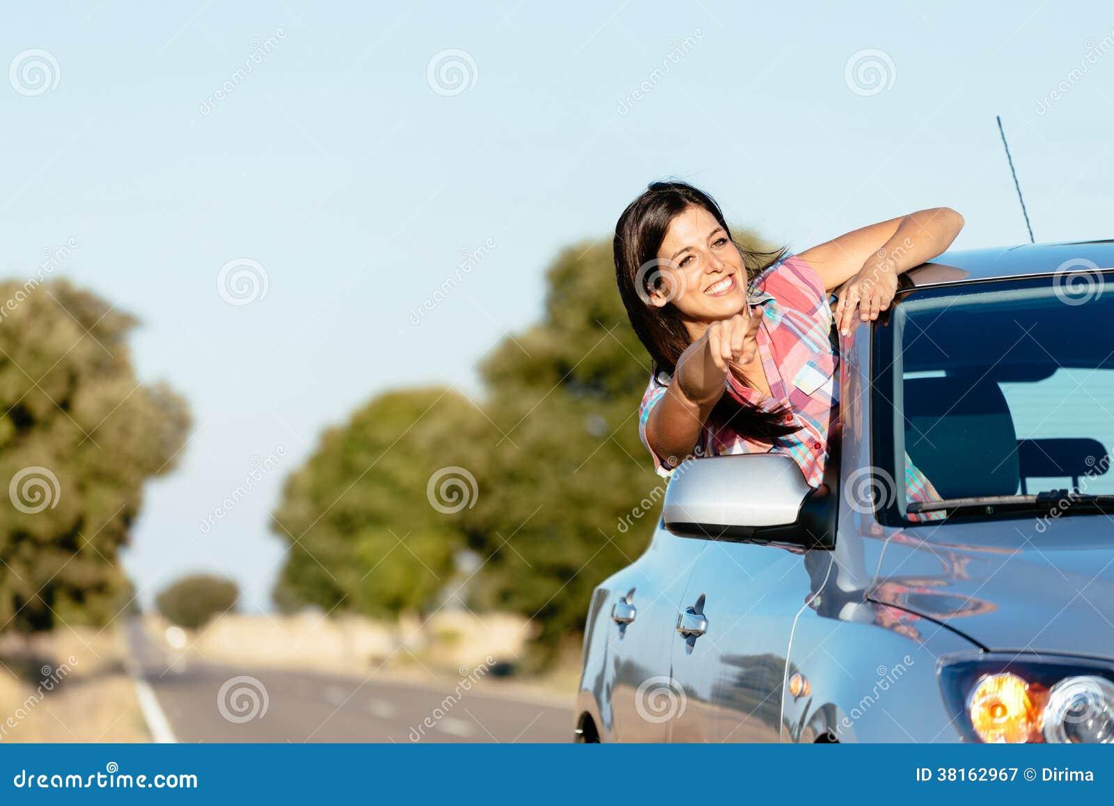 Женщина на roadtrip автомобиля наслаждаясь свободой