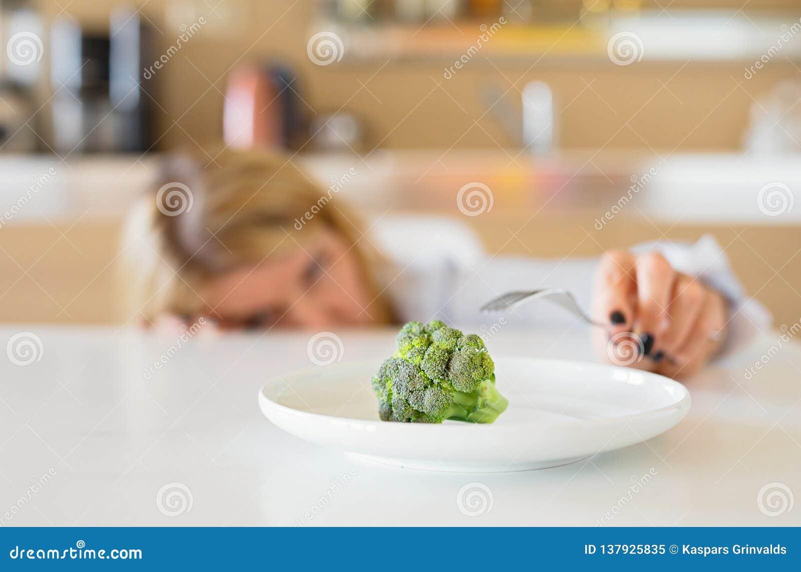 Женщина ненавидя ее диету