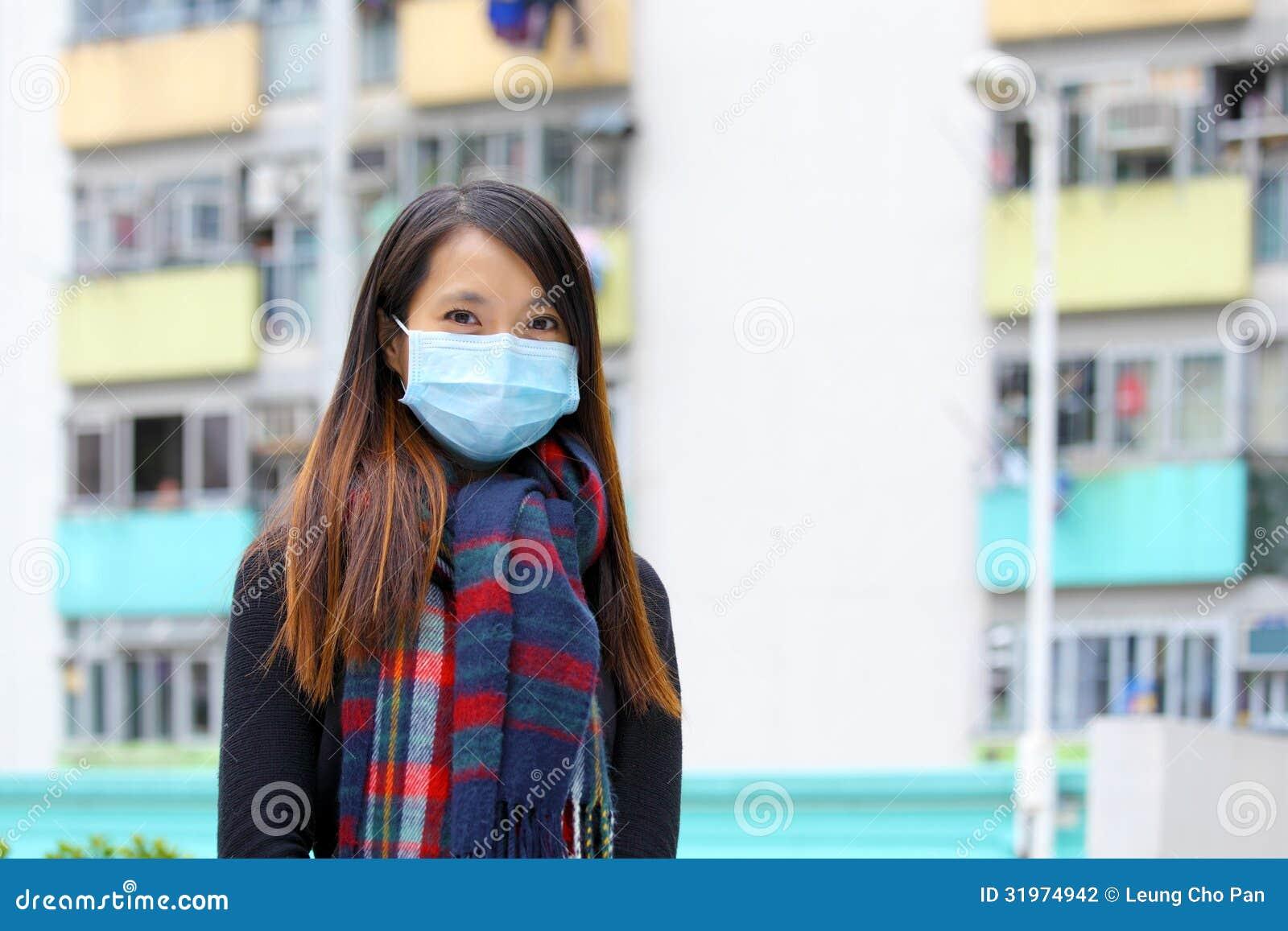 Женщина нося медицинский лицевой щиток гермошлема i