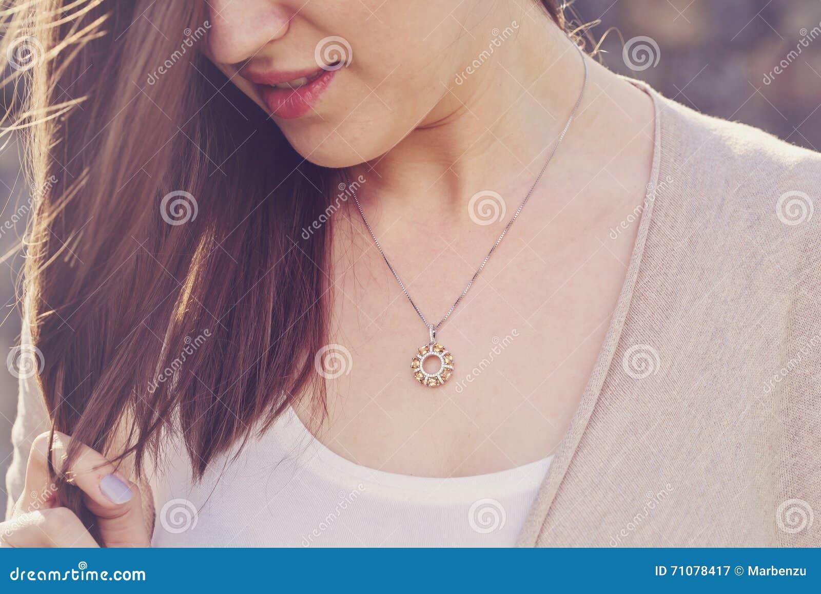 Женщина нося роскошный шкентель