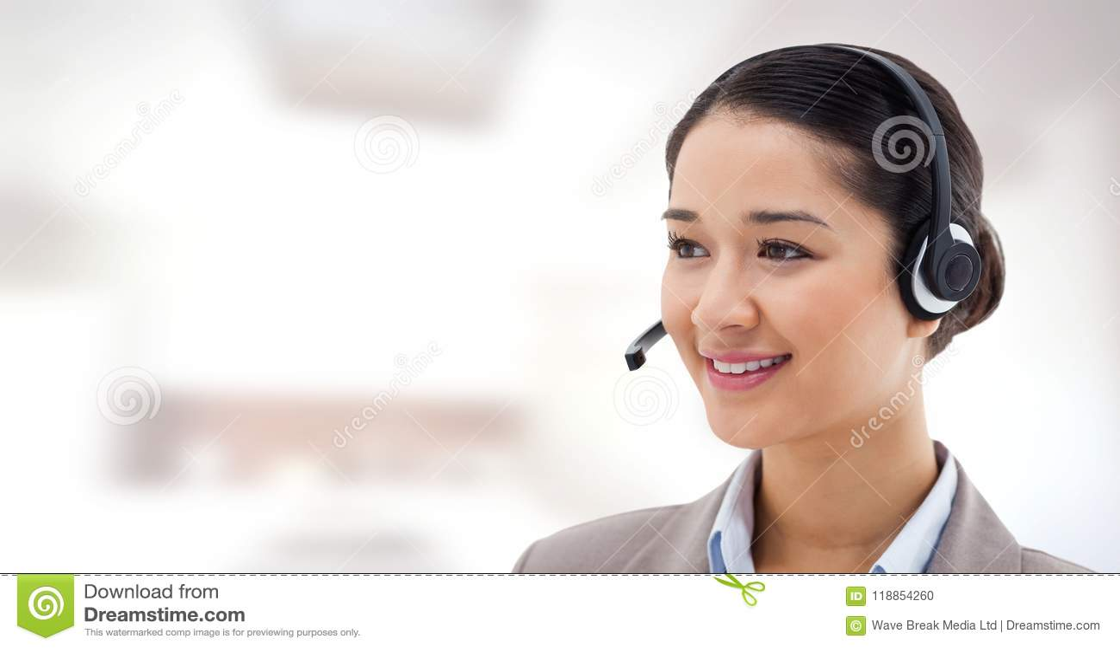 Женщина обслуживания клиента с яркой предпосылкой в центре телефонного обслуживания
