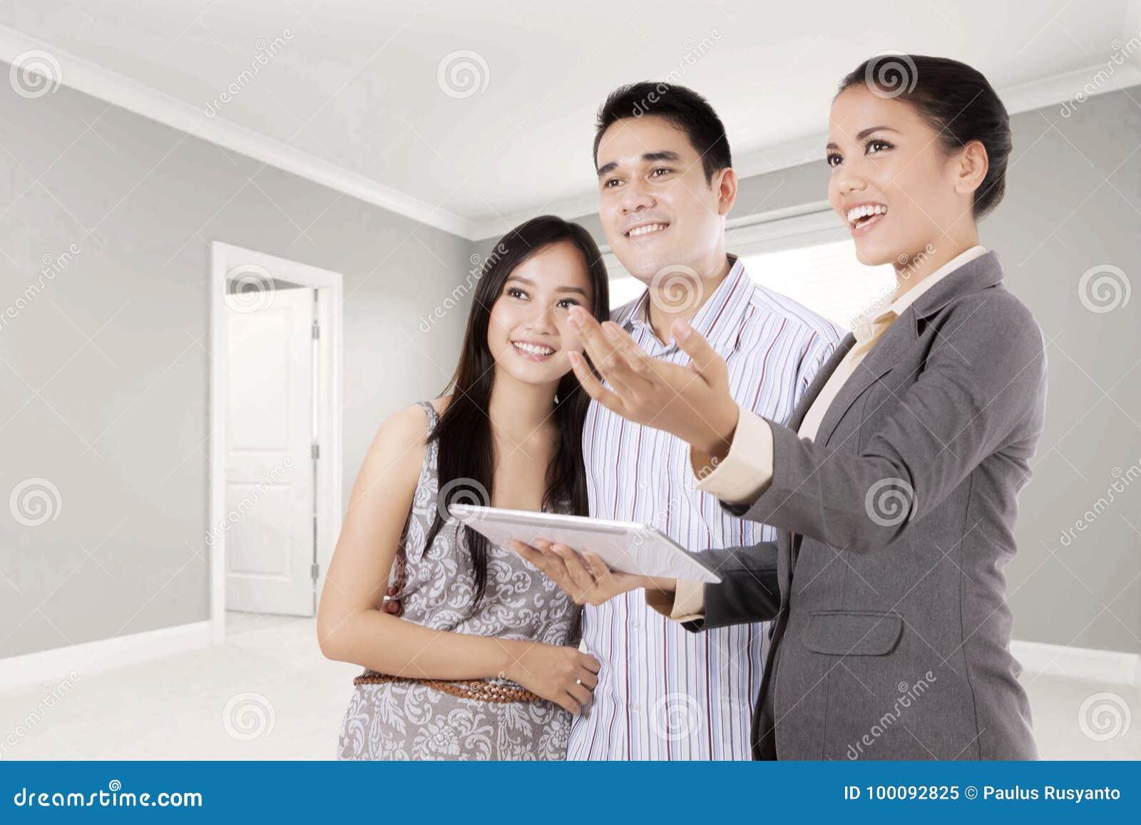 Женщина объясняя новое свойство к ее клиенту