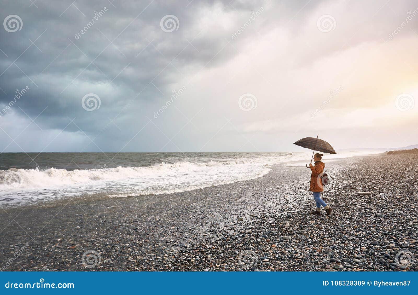 Женщина около бурного моря
