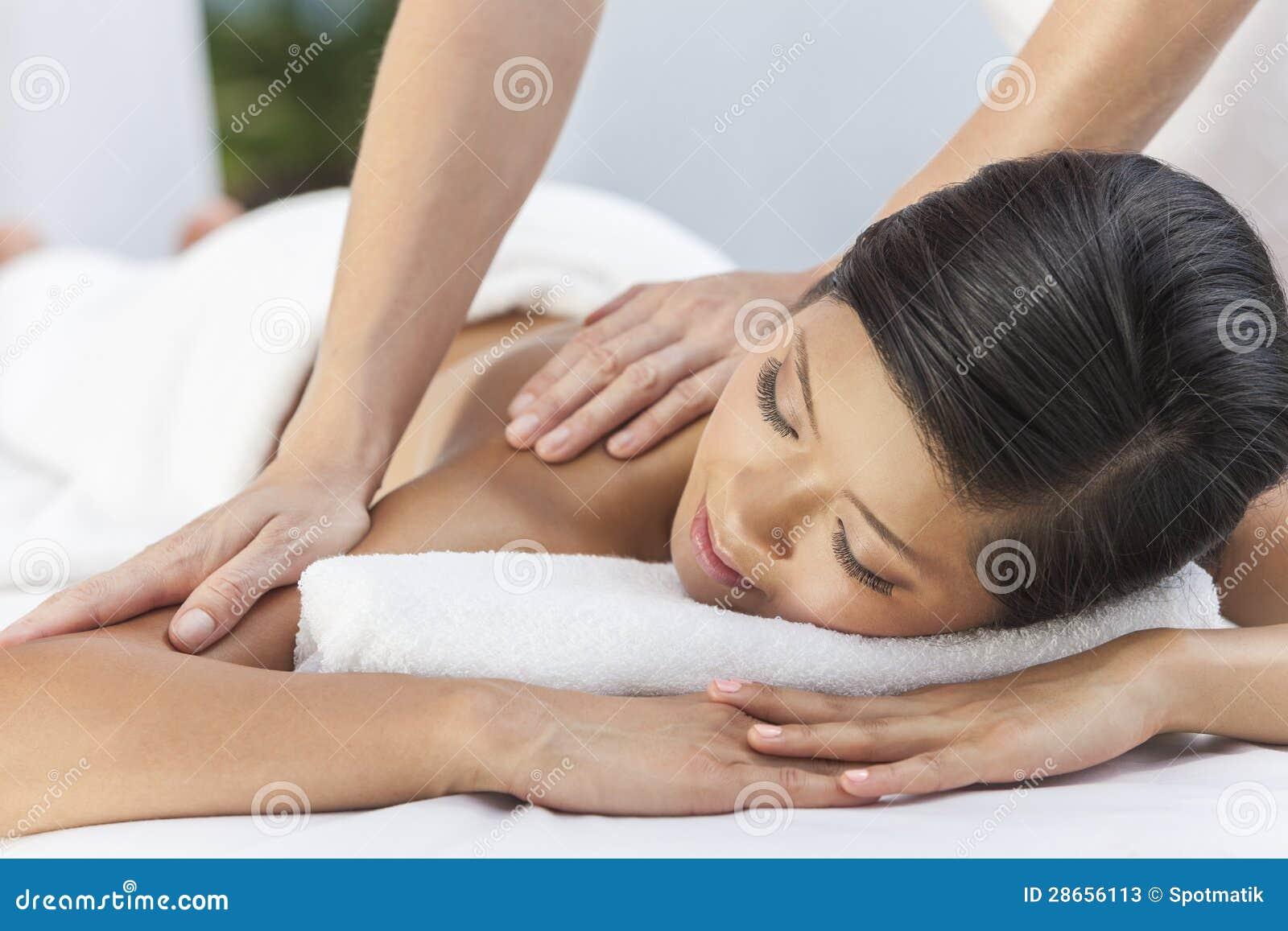 Женщина ослабляя на спе здоровья имея массаж