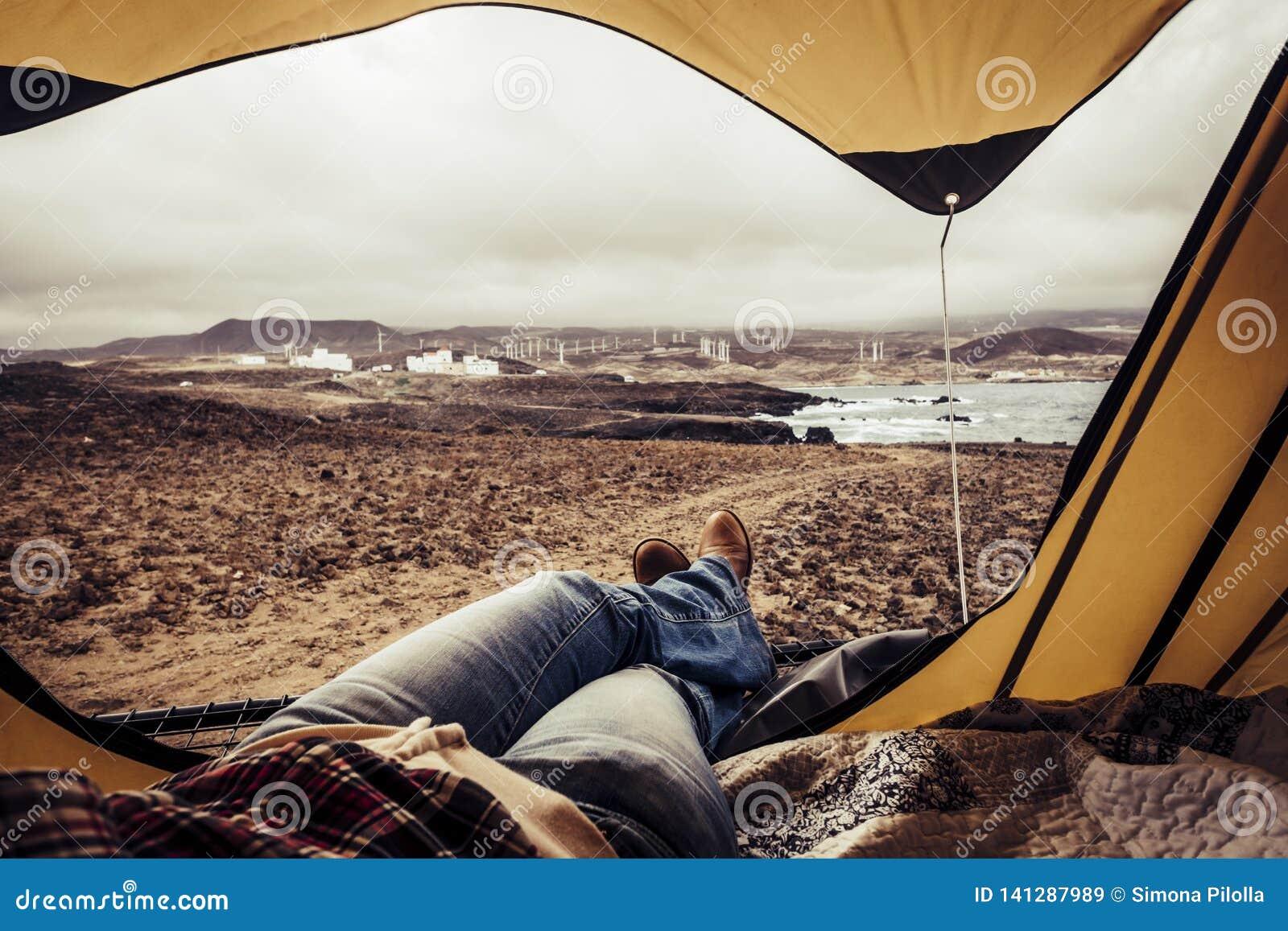 Обнаженная женщина отдыхает на свежем воздухе и дома
